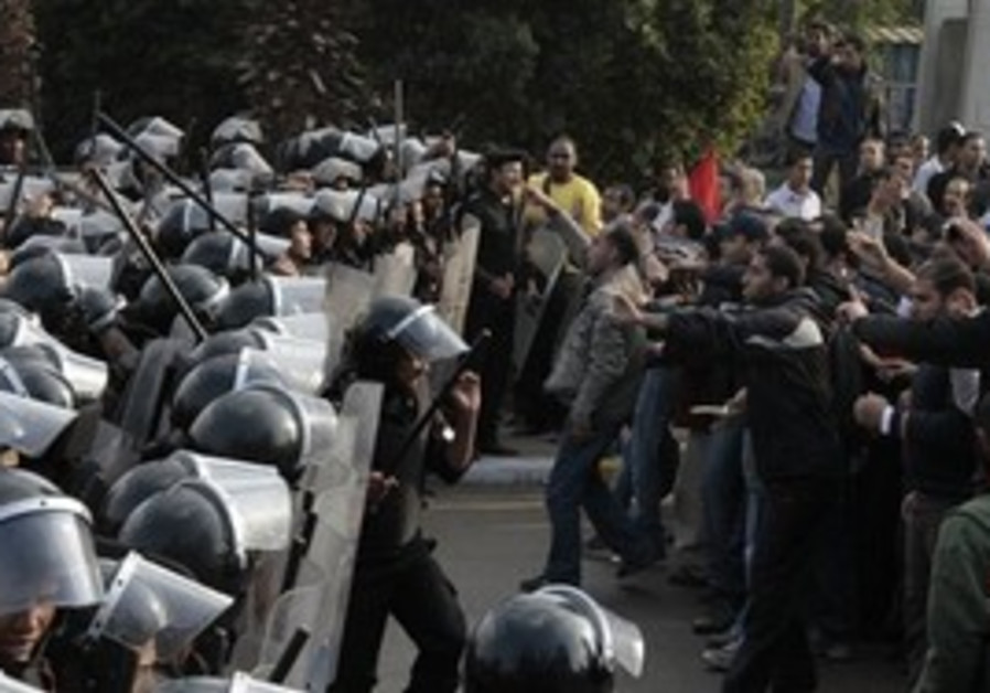 Protesters and riot police face off in Cairo