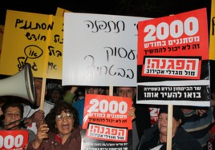 Anti-migrant protesters at Barak's house