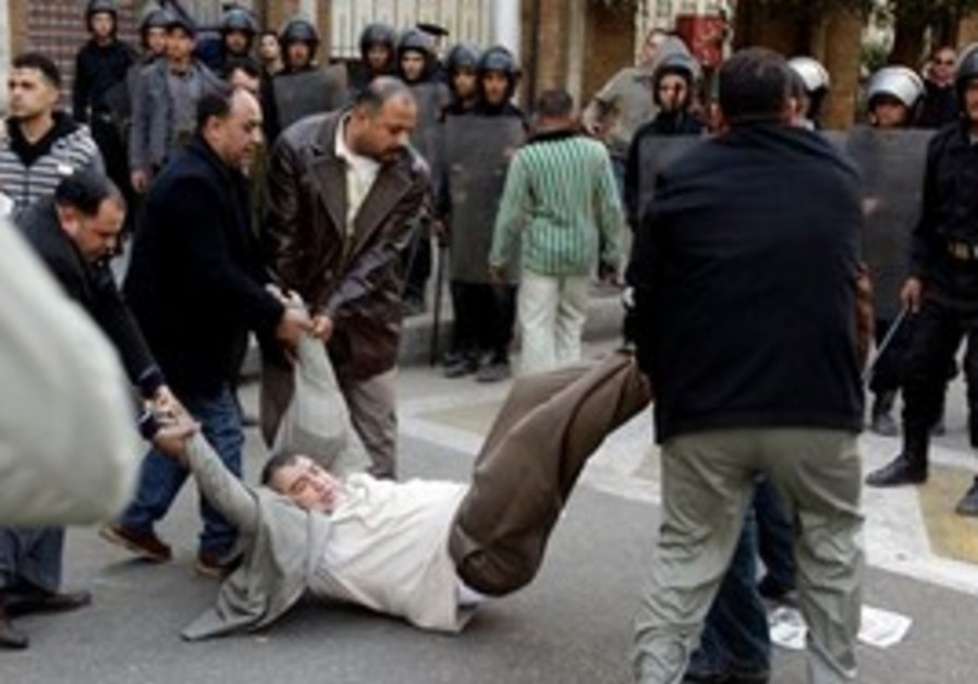 Plainclothes police arrest protester in Egypt