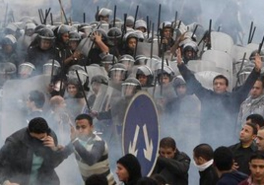 Egyptian protesters clash with riot police in Cair