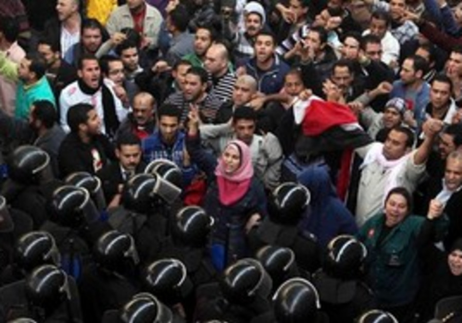 Egyptian anti-government protesters face off with