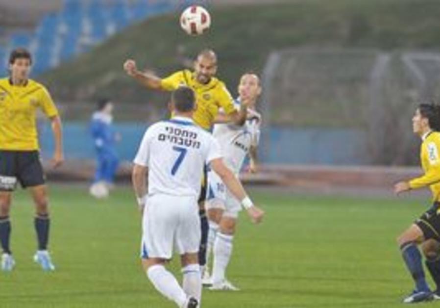 Gal Alberman (heading) and Maccabi Tel Aviv