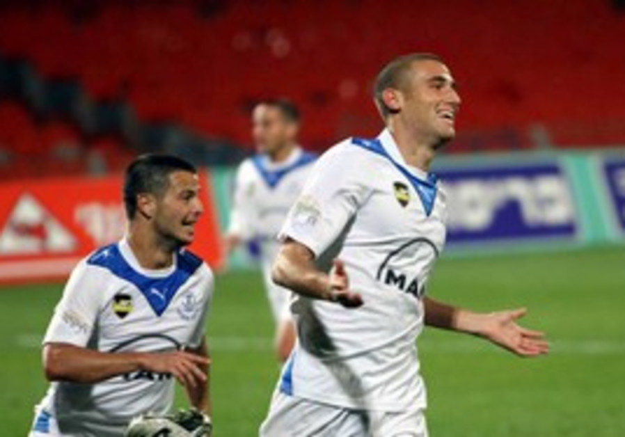 Hapoel Petah Tikva striker Ido Eksbard (right).