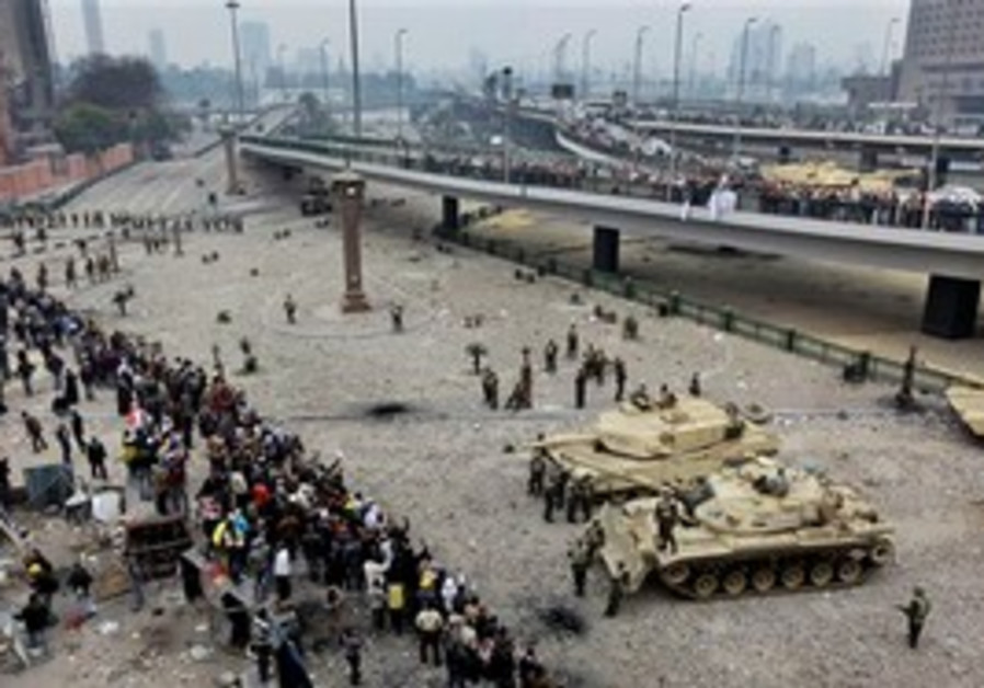 Egyptian protesters face off against tanks