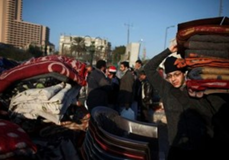 Egyptians begin to pack up