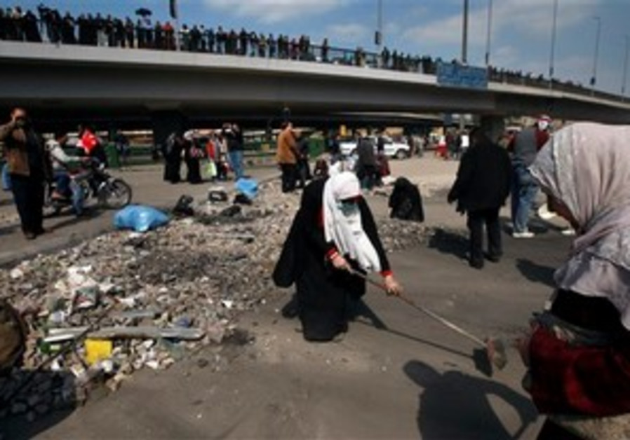 Egyptians clean up garbage and rocks in Cairo