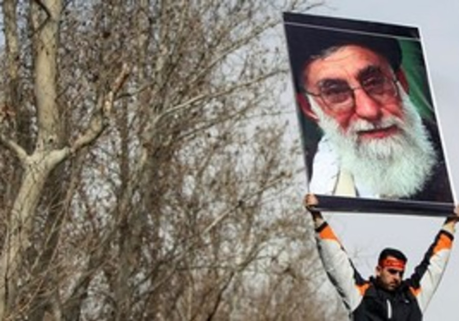 Pro-government Iranian protester with Khamenei pic