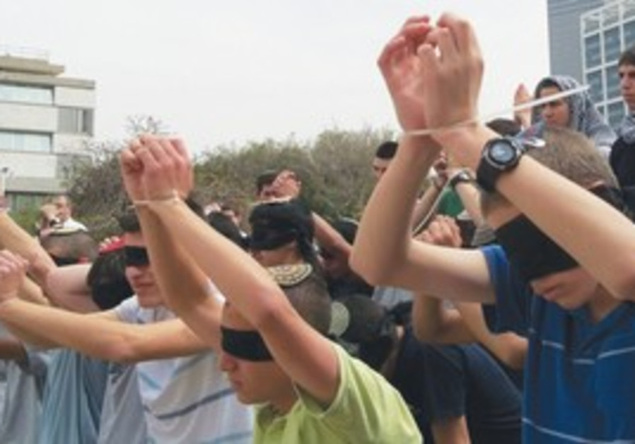 Students protest treatment of Gilad Schalit