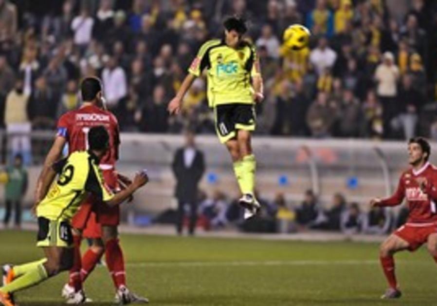 Betar Jerusalem midfielder Idan Tal (right).