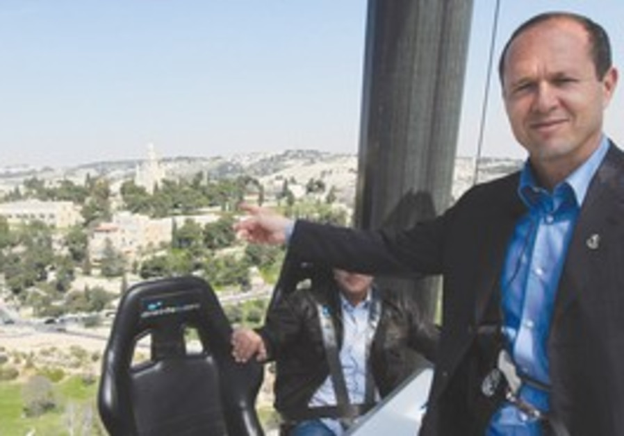 Nir Barkat points out the J'lem marathon route.