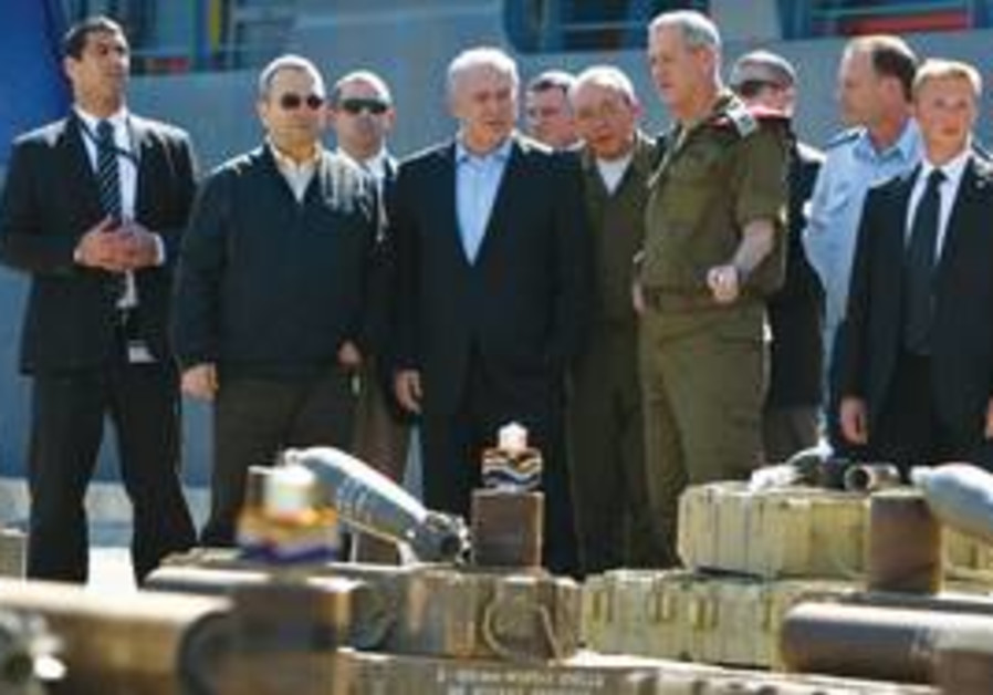 PM Netanyahu inspects Victoria weapons