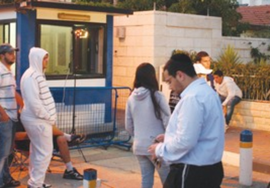 Crowd gathers at Moshe Katsav's house