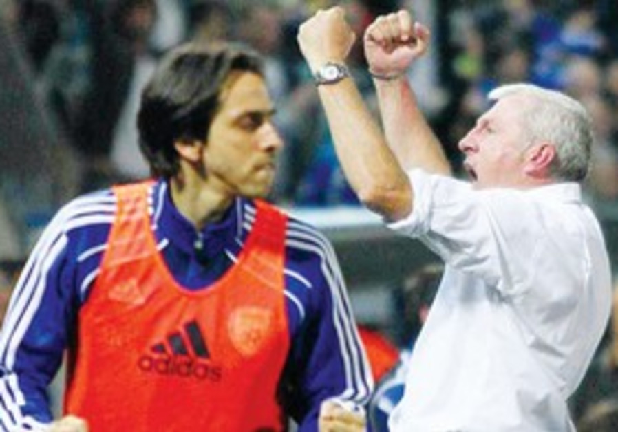 Yossi Benayoun and Luis Fernandez celebrate win