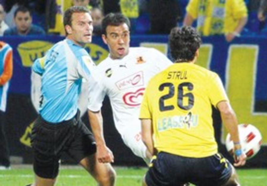 BNEI YEHUDA midfielder Galvan scores on Mac TA