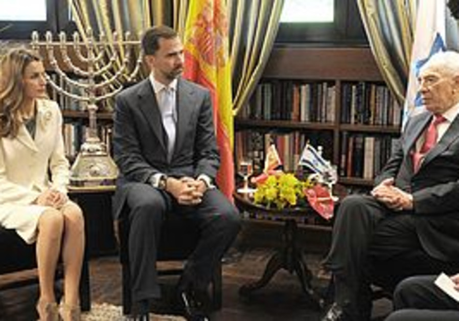 Prince Felipe and Princess Letizia visit Peres