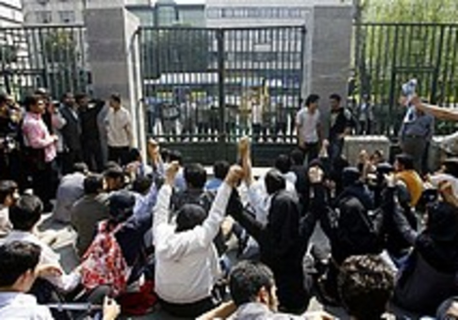Iran students demand 'death to dictator'