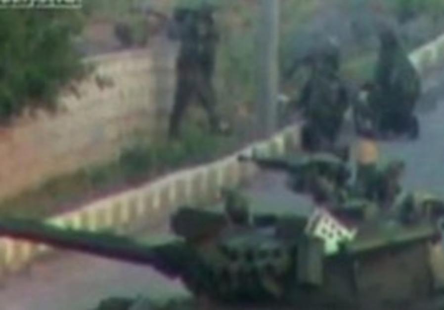 Syrian tank moving into Deraa [amatuer video]