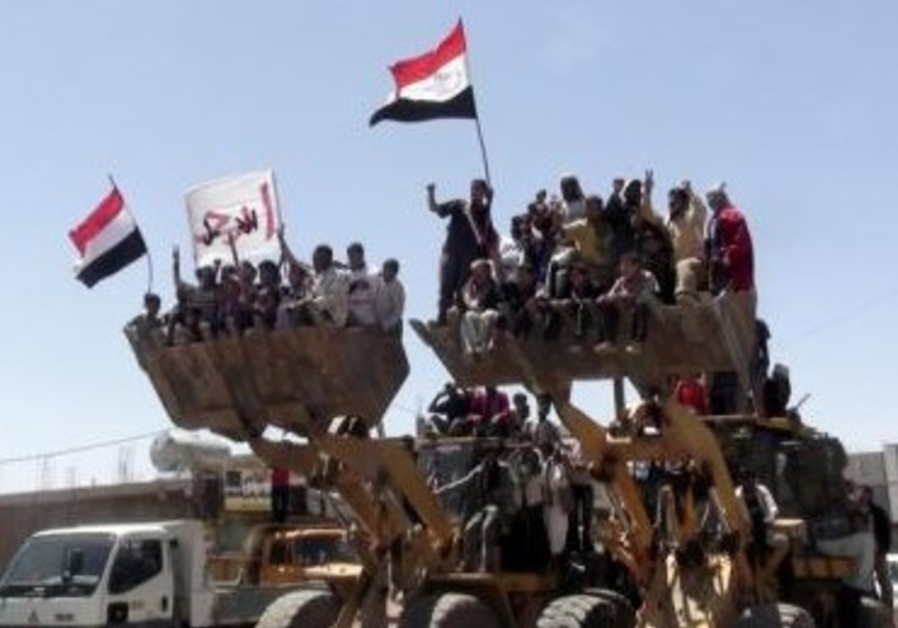 Bulldozers carry anti-gov't protesters in Yemen