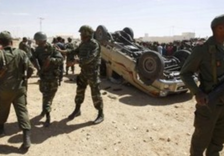 Tunisian soldiers survey damage from Libyan troops
