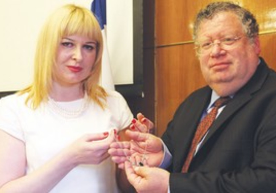 Polish woman gives necklace from Shoah victim