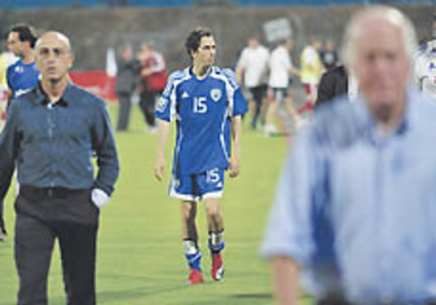 Benayoun leaves the pitch Saturday alongside coach