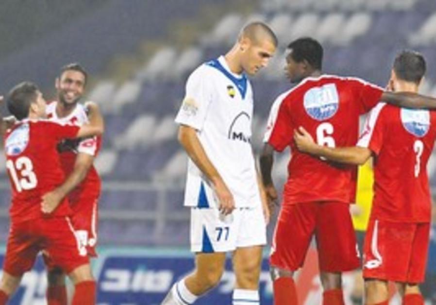 Bnei Sakhnin players in red.