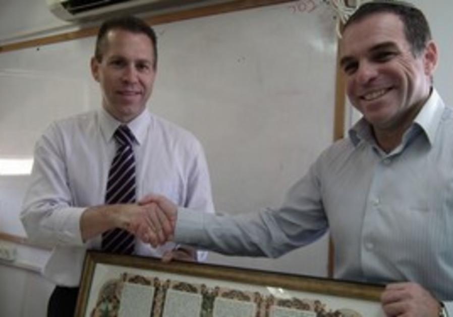 Efrat Mayor Oded Revivi with Minister Gilad Erdan