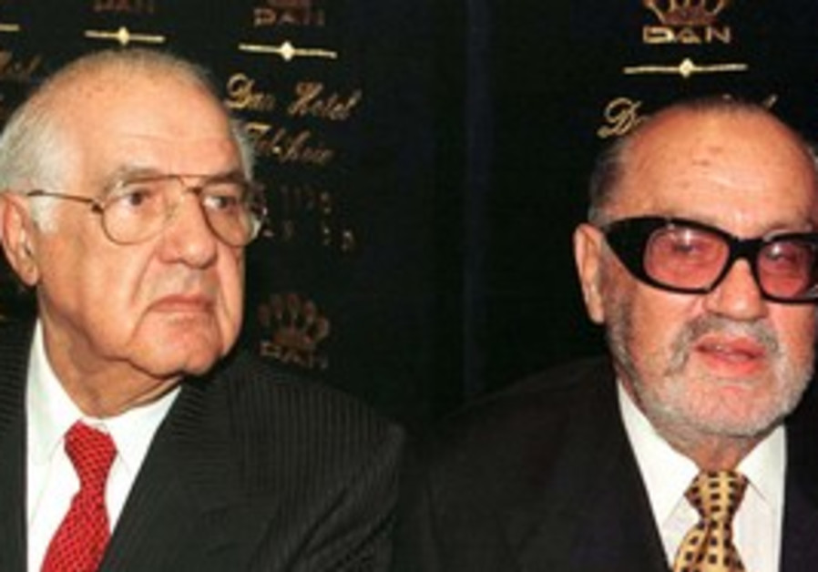 Sammy Ofer (right) with brother Yuli in 1999