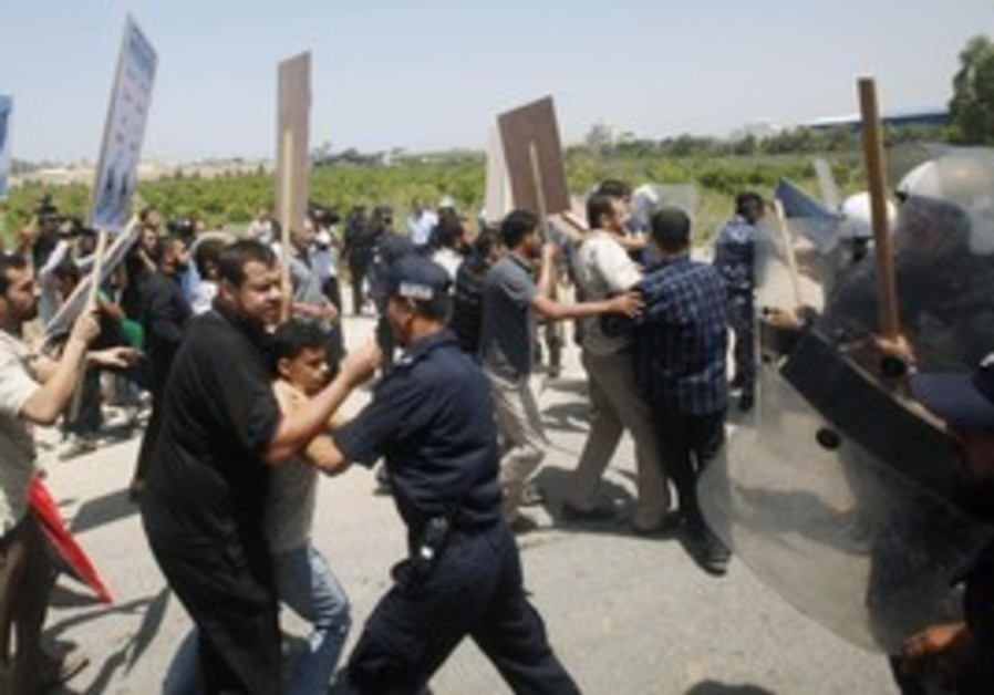 Gaza police hold back protesters at Erez crossing