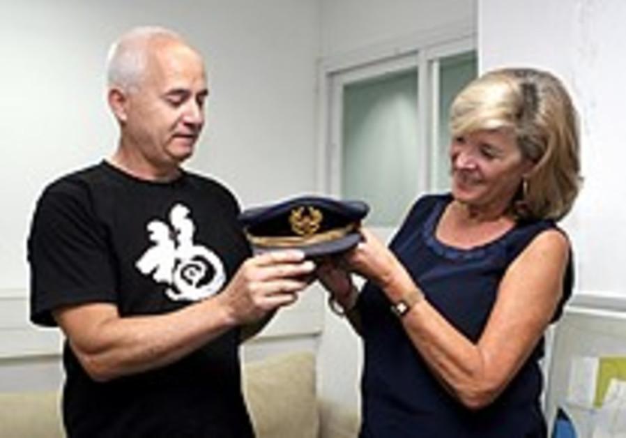 35 years after Sabena hijacking, rescuer returns pilot's cap