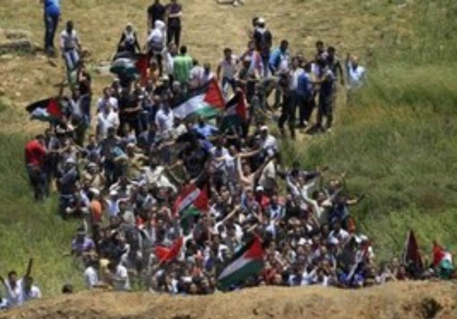 Syrian protesters approach the Israeli border