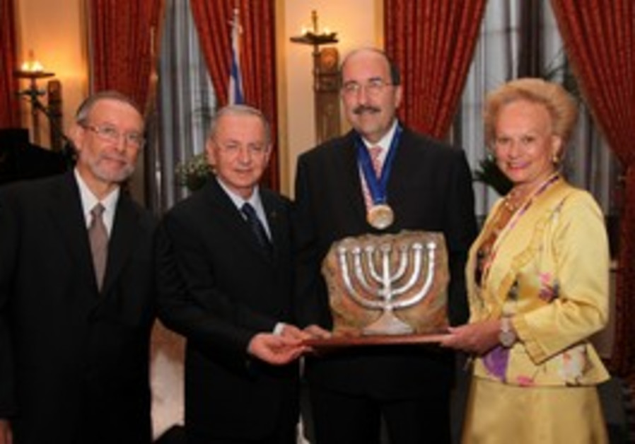Dore Gold recieves the Guardian of Zion Award