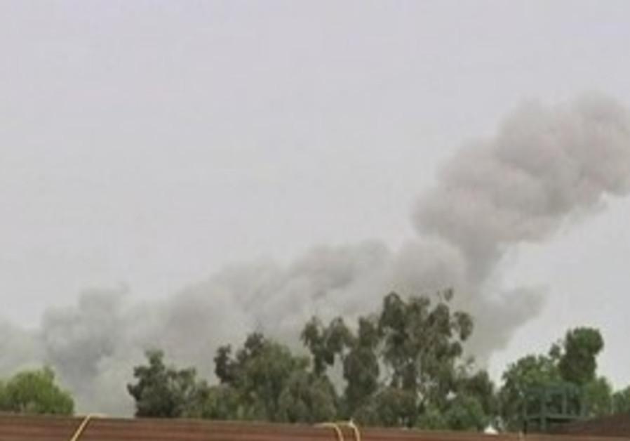 Blast rattles Gaddafi's compound in Tripoli, Tues.