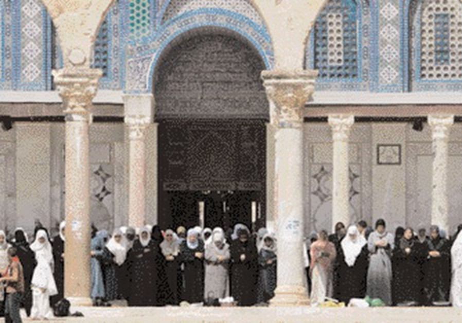 Palestian worshippers at J'lem's Al-Aksa Mosque