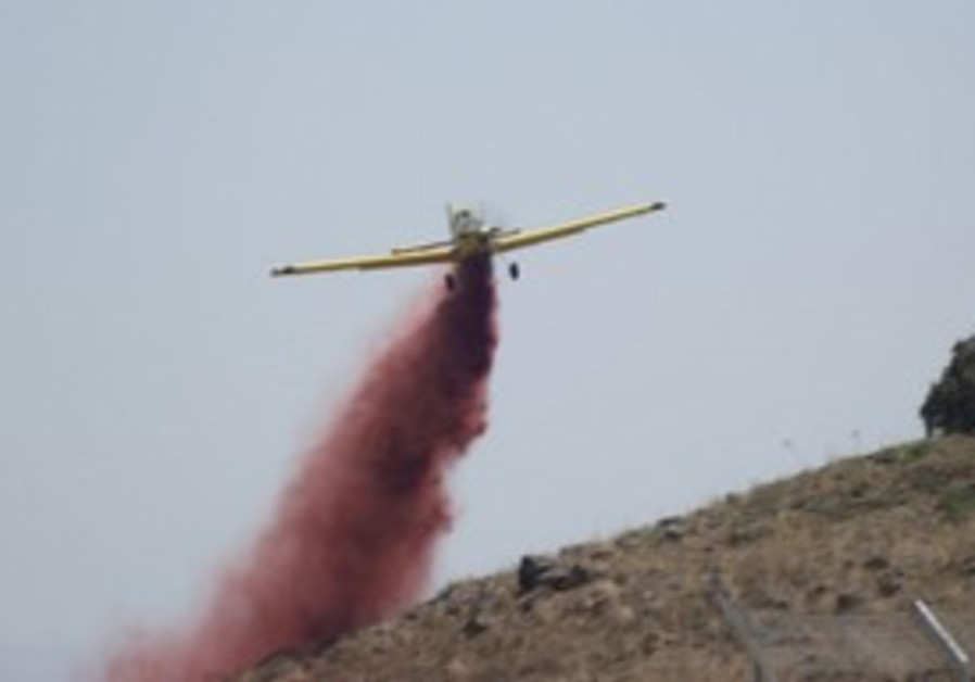 Firefighting plane fights blaze in Golan
