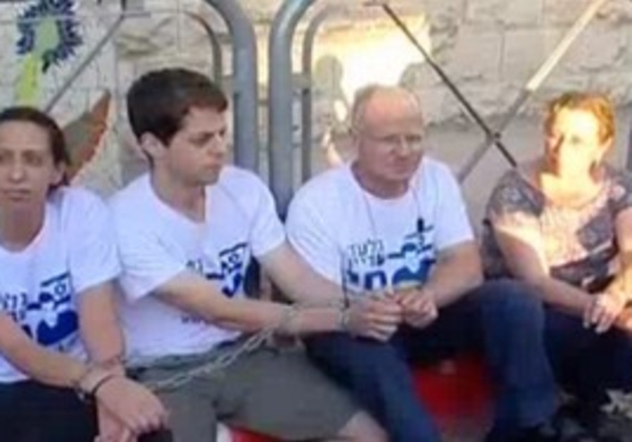Schalit family chained to PM's residence