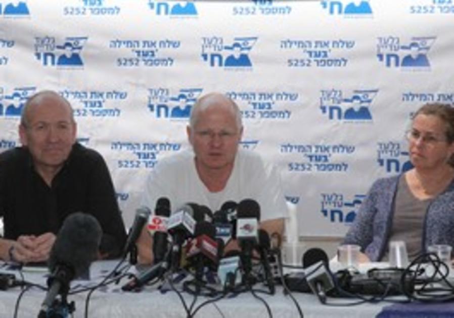 Noam Schalit speaks to reporters, Sunday.