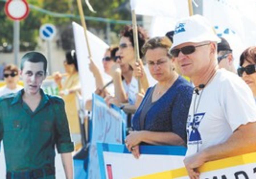 Noam and Aviva Schalit with likeness of son Gilad