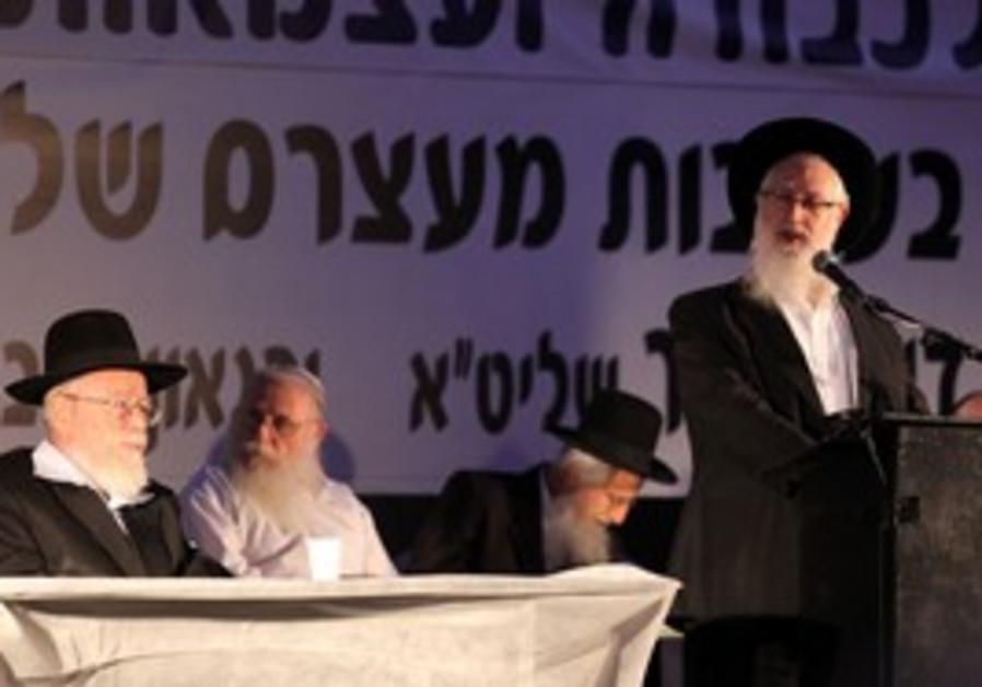 Rabbis Yaakov Yosef and Dov Lior at rally
