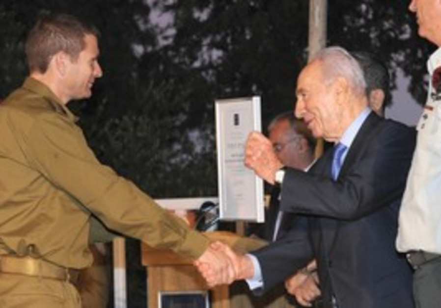 Shimon Peres honoring reservists