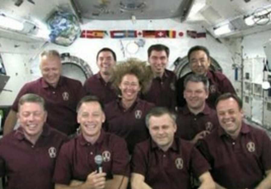 Obama telephones astronauts aboard the Atlantis.
