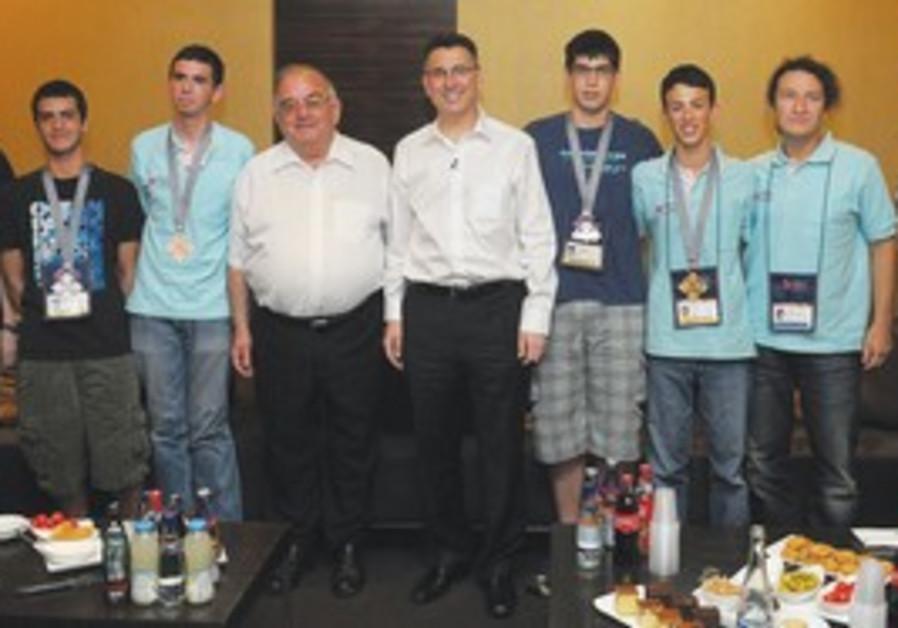 Gideon Sa'ar with members of Israel Physics Team