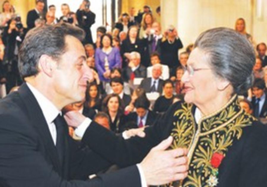 Sarkozy greets Simone Veil