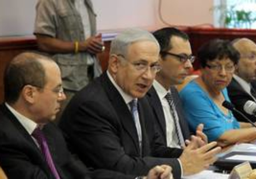 Prime Minister Binyamin Netanyahu in cabinet meeti