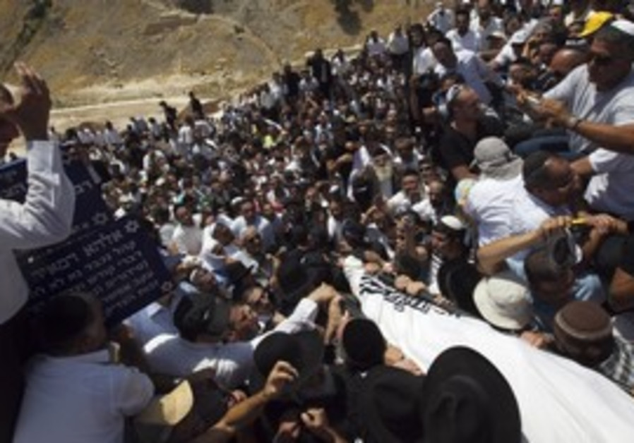 Men carry body of Baba Elazar during his funeral.