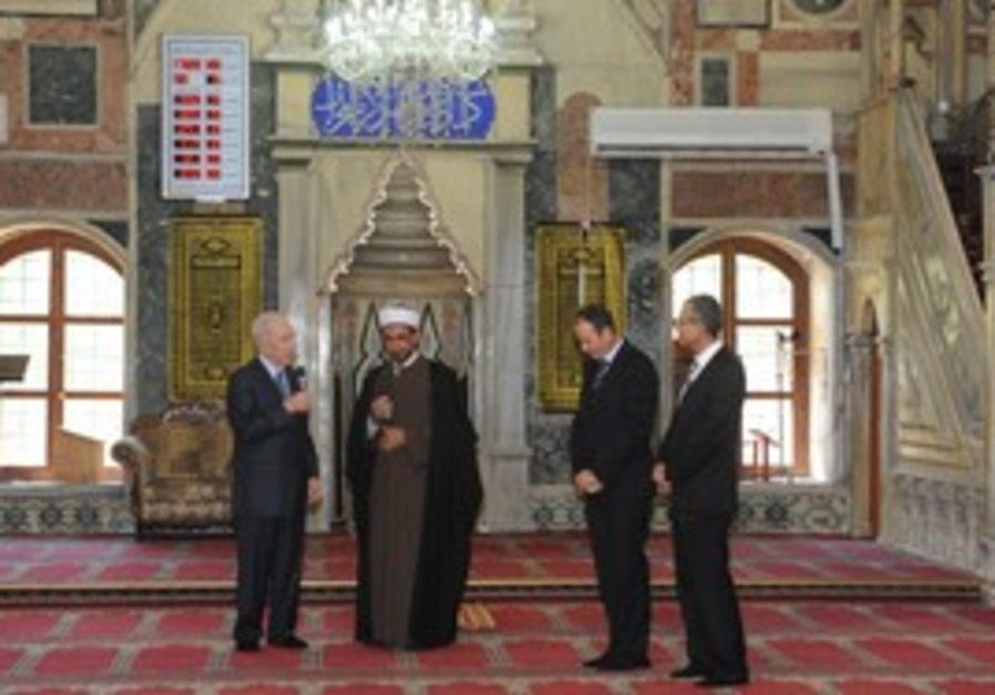 President Peres visits Al Jazaar Mosque in Acre