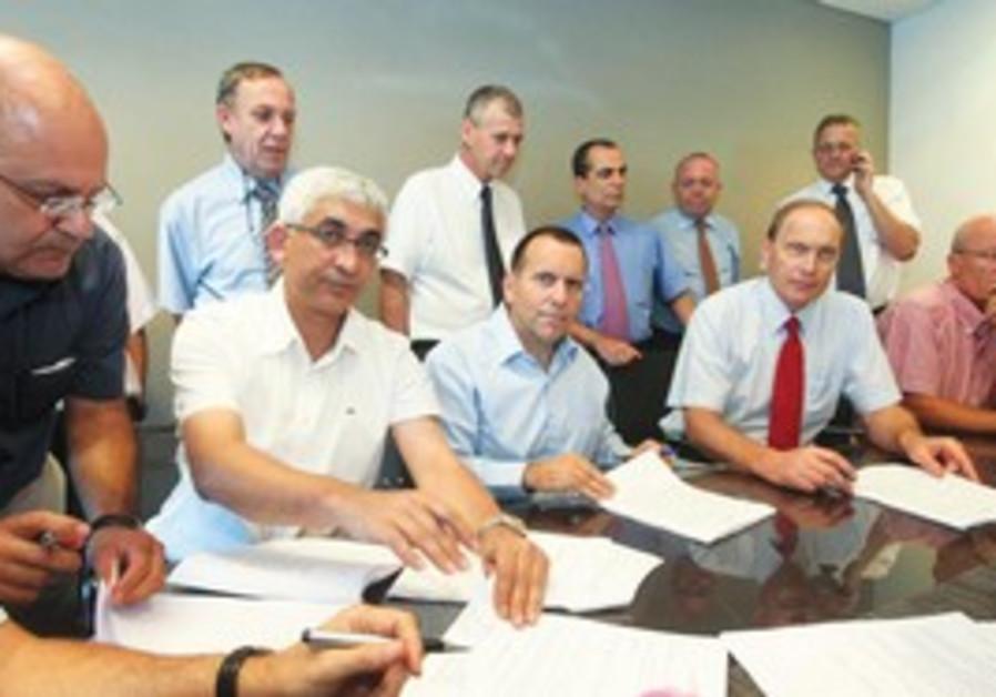 REPRESENTATIVES OF the IMA and Treasury sign an ag