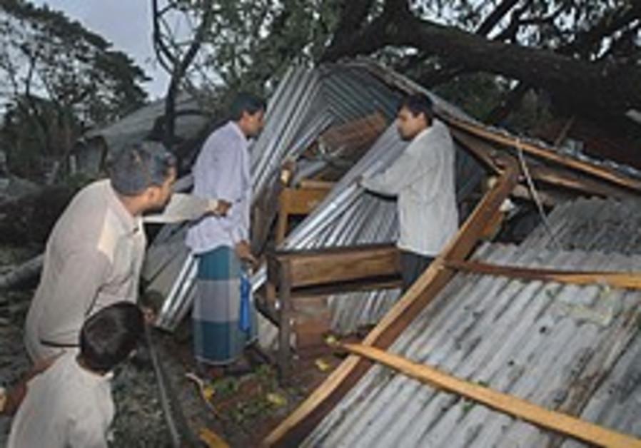 Powerful cyclone kills 242 in Bangladesh