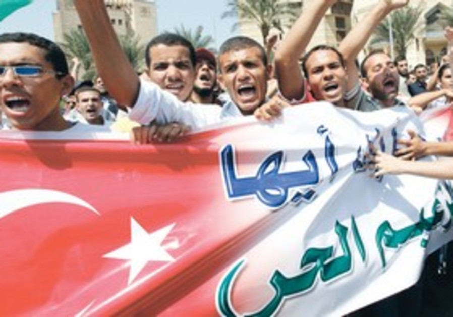 EGYPTIANS GATHER to greet Turkish PM Erdogan