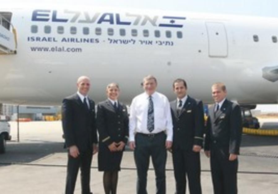 El Al CEO Eliezer Shkedy (center)